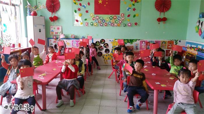 """""""少年强则国强,少年富则国富"""",培养幼儿的爱国主义情感是幼儿园重要的活动之一。机关幼儿园根据各个年龄段幼儿发展的水平和特点,开展了""""我爱祖国妈妈""""国庆节主题系列活动。 为了营造浓厚的节日氛围,各班老师对主题墙进行了更换,让孩子更直观的感受到""""祖国妈妈要过生日""""了,引导孩子表达对祖国生日的祝福。为了加深孩子们对国庆节的了解,首先老师向幼儿讲解了国旗、国徽、国庆节的含义及由来,并通过观看升旗仪式、《开国大典》等视频加深对国庆节的认识。再"""